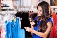检查女衬衫的价牌 免版税库存图片