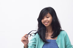 检查她新的玻璃的美丽的亚裔女孩 库存图片
