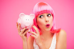 检查她的存钱罐的妇女 免版税图库摄影