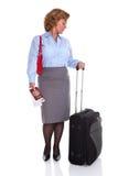 检查她的手表的女性商业旅客 免版税库存图片