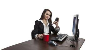 检查她的移动电话的女实业家 库存照片