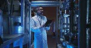 检查实验室设备的科学家 股票视频