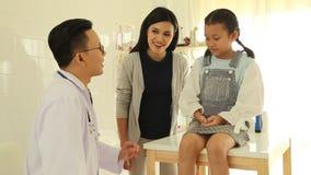 检查小女孩的年轻男性医生在办公室 影视素材