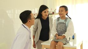 检查小女孩的年轻男性医生在办公室 股票视频