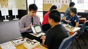 检查小学生的眼睛视域眼镜师在小学 影视素材