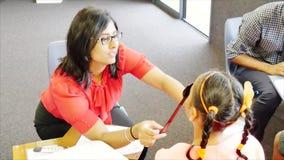 检查小学生的眼睛视域眼镜师在小学 股票视频