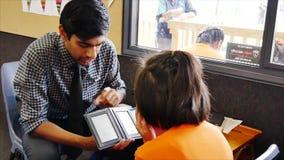 检查小学生的眼睛视域眼镜师在小学 股票录像