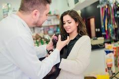 检查小的小狗的兽医人 免版税库存照片