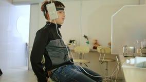 检查少年男孩` s在眼科学诊所注视 股票视频