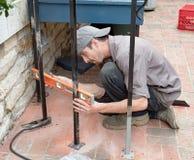 检查工作水平的铁工作者 免版税库存图片