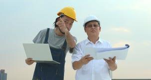 检查工作的工程师在站点 股票录像