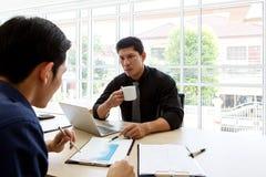 检查工作 谈论的商人图和事务 重音在办公室 图库摄影