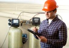 检查工厂设备的工作审查员 免版税库存图片