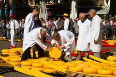 检查干酪质量在阿尔克马尔市场上 库存图片