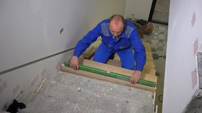 检查平实新的楼梯板步的木匠人与成水平工具 股票录像