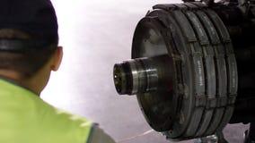 检查底盘的机场工作者 乘客飞机的引擎和底盘在重的维护下的 工程师检查 库存图片
