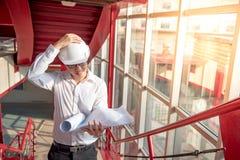 检查建筑图画的工程师或建筑师 免版税库存照片