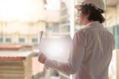 检查建筑图画的工程师或建筑师 免版税库存图片