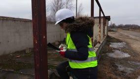 检查建筑的妇女工程师 股票录像