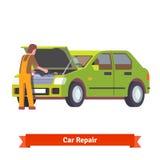 检查引擎的汽车修理师在汽车服务 免版税库存图片