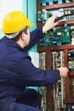 检查当前电工线路次幂的配件箱 库存照片