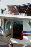检查执行飞行飞行员前 免版税库存图片