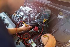 检查技工电压的自动电池汽车 库存图片