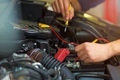 检查技工电压的自动电池汽车 库存照片