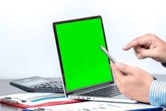 检查数据的一个商人举行手机 库存图片