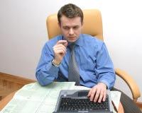 检查数据的生意人 免版税库存照片
