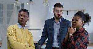 检查新的物产的年轻夫妇与不动产房地产经纪商 影视素材