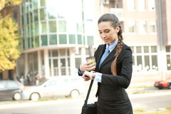 检查时间的繁忙的女实业家 免版税库存图片
