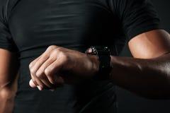 检查时间的美国黑人的肌肉人播种的照片  库存图片