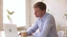 检查时间的被注重的不耐烦的商人太长期等待在办公室 影视素材
