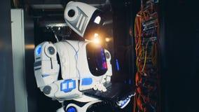 检查服务机的一个机器人在数据中心,关闭  股票录像