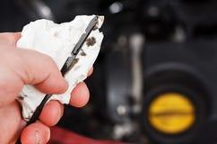 检查机器润滑油级别 免版税图库摄影
