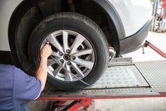 检查气压和填装在轮胎的司机空气紧密  库存图片