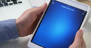检查水合作用在数字式片剂的健康app成水平 股票视频