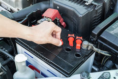 检查汽车电池 免版税库存图片