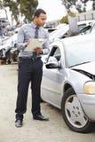 检查汽车的保险赔偿估定员介入在事故 库存照片