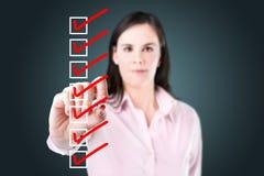 检查清单箱子的女商人。 免版税库存图片