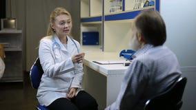 检查温度患者的被集中的医生 股票录像