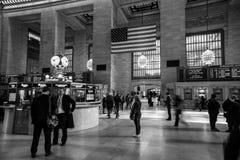 检查火车的日程表妇女在盛大中央驻地 谈话其他的人民跑或  免版税库存照片