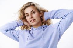 检查理发,梳头发或舒展用手的Gir在看起来的脖子后轻松和无忧无虑,unbothered 免版税库存图片