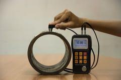 检查由超音波厚度测试的壁厚度管子为 免版税库存照片