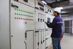 检查电气系统的工程师 库存图片