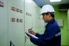 检查电气系统的工程师 免版税库存照片