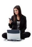 检查电话妇女年轻人的发笑电池 库存照片