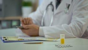 检查病历使用智能手机,网上咨询的医生的手 股票视频