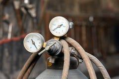 检查的压力设备在氧气瓶 库存图片